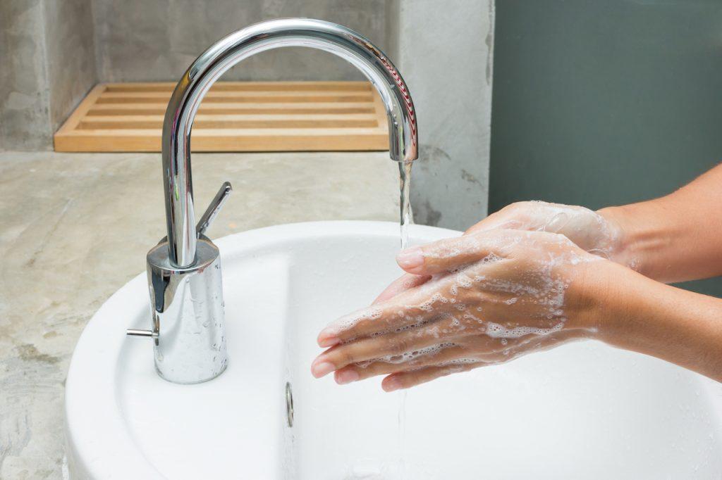 Personne se lavant les mains