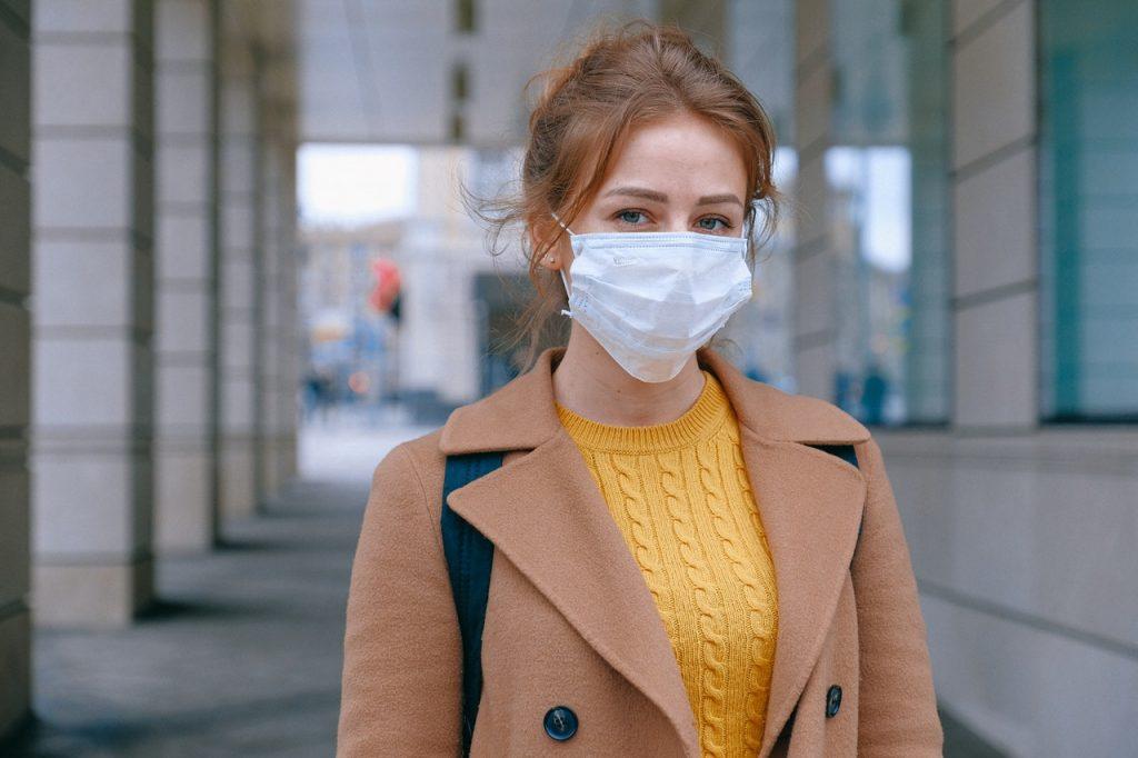 Femme portant un masque en période de covid-19