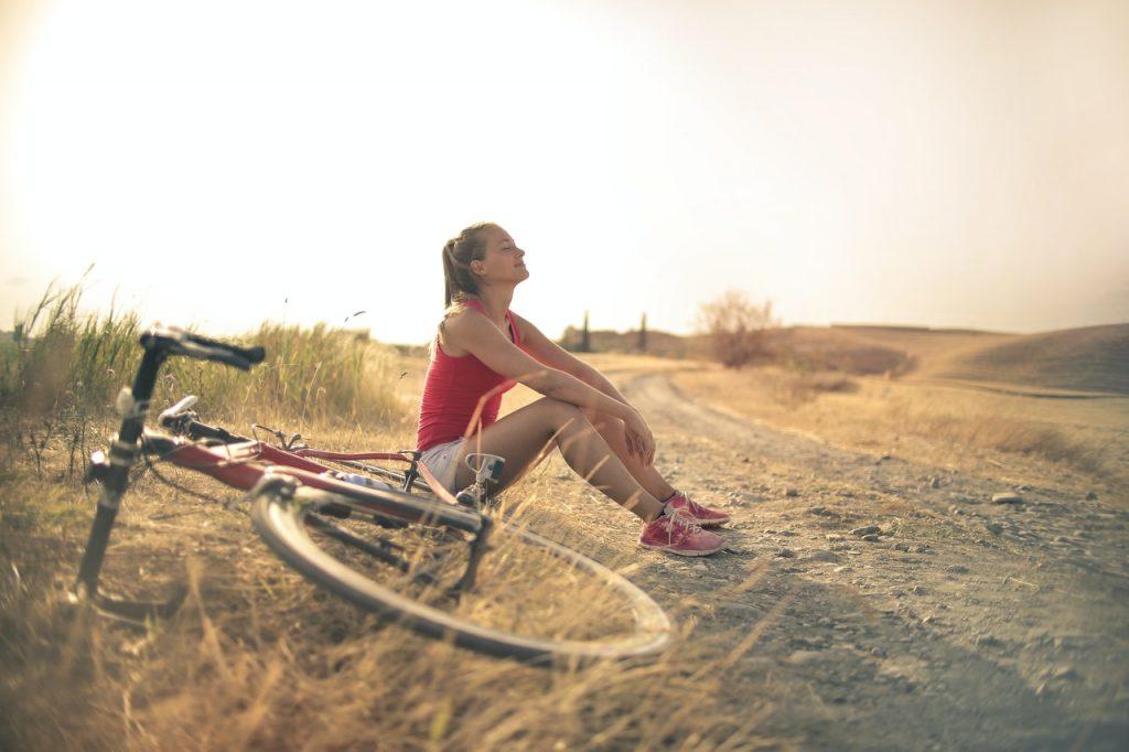 Femme à côté de son vélo