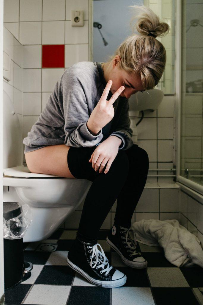 Femme urinant